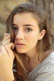 十几岁的女孩画象有自然光的 免版税库存照片
