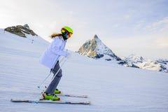 十几岁的女孩滑雪在瑞士阿尔卑斯在晴天 图库摄影