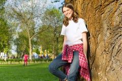 十几岁的女孩13, 14岁画象  戴眼镜的女性在便衣,微笑 免版税图库摄影