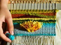 十几岁的女孩` s手编织 免版税库存图片