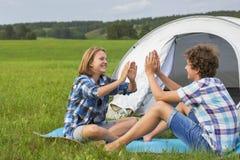 十几岁的男孩和女孩在一个白色帐篷附近 免版税库存照片