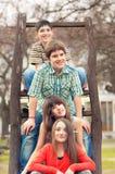 十几岁的男孩和女孩在公园坐美好的春日 库存照片