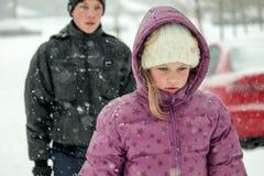 十几岁的男孩和女孩在降雪的冬天 库存图片