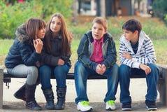 十几岁的男孩和女孩获得乐趣在春天公园 库存照片