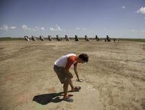 十几岁的男孩喷漆地面 免版税库存照片