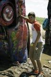 十几岁的男孩喷漆汽车 库存图片