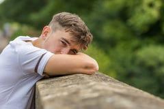 十几岁的男孩在一夏天` s天 免版税库存图片