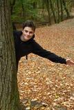 十几岁的男孩在秋天森林里 免版税图库摄影