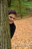 十几岁的男孩在秋天森林里 库存照片