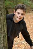 十几岁的男孩在秋天森林里 库存图片