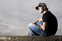 年轻十几岁的男孩坐的认为 免版税库存图片
