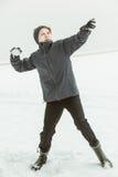 十几岁的男孩投掷的雪球在冬日 免版税库存照片