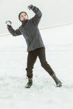 十几岁的男孩投掷的雪球在冬日 库存照片