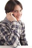 十几岁的男孩谈话在移动电话 库存图片