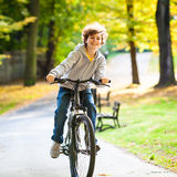 十几岁的男孩骑自行车 库存图片