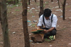 十几岁的男孩读书bood 免版税图库摄影
