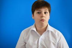 十几岁的男孩画象有惊奇的神色和大开眼睛的 免版税库存图片