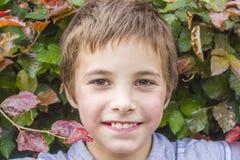 十几岁的男孩画象灌木的 免版税库存照片
