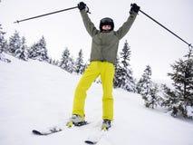 十几岁的男孩滑雪 免版税库存图片