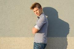 十几岁的男孩14, 15岁室外画象  灰色墙壁背景,拷贝空间 免版税图库摄影