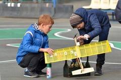十几岁的男孩kordovy飞机的模型为飞行做准备 免版税库存照片