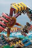 十几岁获得在扣人心弦的狂欢节乘驾的乐趣 免版税库存照片