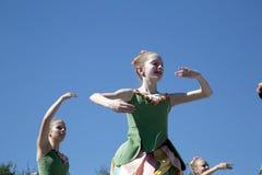 十几岁跳芭蕾舞者的移动是优美的 免版税库存图片