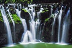 十分瀑布长的曝光摄影晴天在平溪区,新的台北,台湾 免版税图库摄影