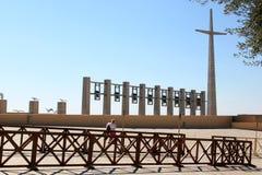 十字架、响铃和鸟在Padre Pio教会,意大利附近 免版税库存照片