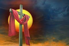 十字架、太阳和天空 免版税库存照片