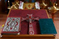 十字架、福音书和圣经 库存图片