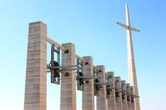 十字架和响铃在Padre Pio教会,意大利附近 库存照片