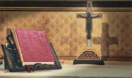 十字架和圣经在法坛 免版税库存图片