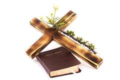 十字架和圣经在白色背景 免版税库存图片