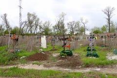 十字架和坟茔在坟园 免版税库存照片