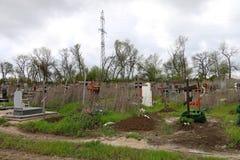 十字架和坟茔在坟园 免版税图库摄影
