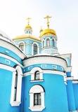 十字架和维尔京的大教堂的金黄圆顶日出的 库存图片