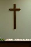 十字架和蜡烛儿童损失的记忆 免版税库存照片