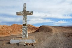 十字架在以记念教皇胡安帕布鲁的阿塔卡马沙漠在圣佩德罗火山de阿塔卡马,智利附近的第二次参观 免版税库存图片