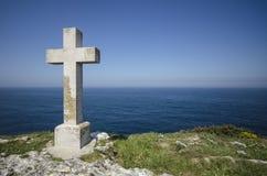 十字架在海 库存图片