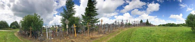 十字架小山全景在希奥利艾,立陶宛 免版税库存图片