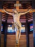 十字架的耶稣在木教会里 库存图片