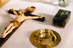 十字架的耶稣有木背景 免版税库存照片
