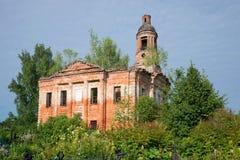 十字架的兴奋的一个被放弃的教会的废墟在老公墓 雅罗斯拉夫尔市地区,俄罗斯 免版税库存图片