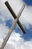 十字架被设置反对剧烈的天空 免版税库存图片