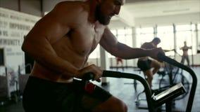 十字架适合的锻炼健身房的人们 股票视频