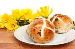 十字面包和黄水仙 免版税库存图片
