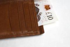 十磅笔记在钱包里 免版税库存照片