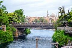 千叶,日本-, 2016年:导致阿拉伯海岸的老木桥在东京位于浦安的Disneysea,千叶,日本 免版税库存照片
