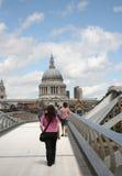 千年桥梁和圣保罗的 免版税库存照片